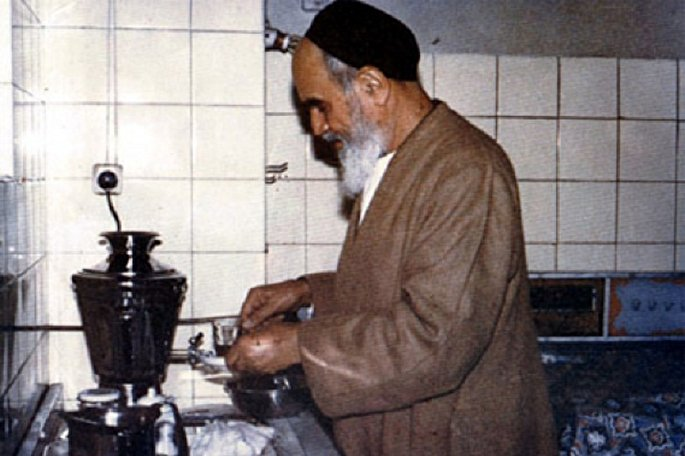 Imam Khomeini lived simple, divine-oriented life