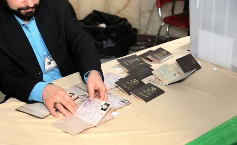 People and officials take part massively in parliamentary elections