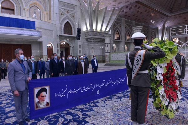 Head and executives of the foundation for oppressed renew allegiance with Imam Khomeini's ideals