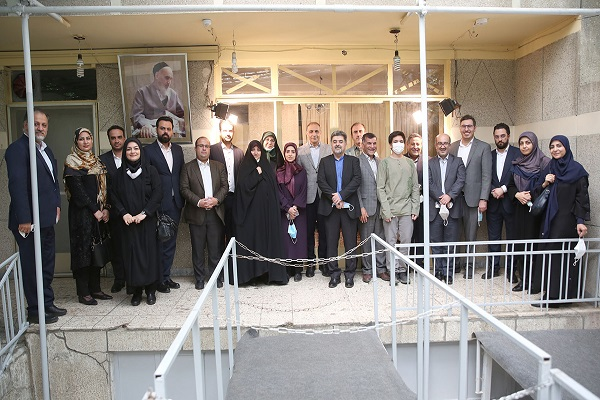 Candidates of a political party taking part in municipal election pledge allegiance with Imam Khomeini's ideals