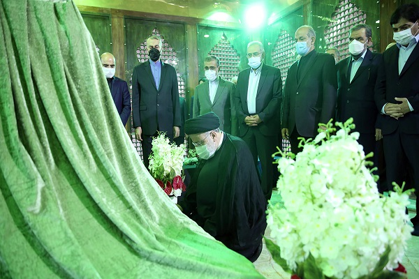 The 13th president and his cabinet members pledge allegiance to Imam Khomeini's ideals