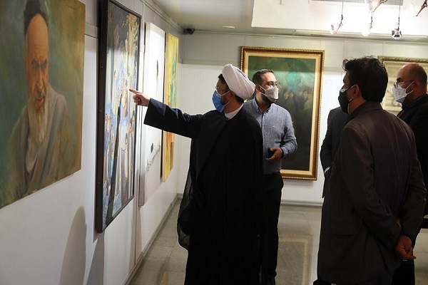 On the 32nd passing anniversary of Imam Khomeini, the acting head of the institute for compilation and publication of Imam Khomeini`s works visit an art and cultural exhibition