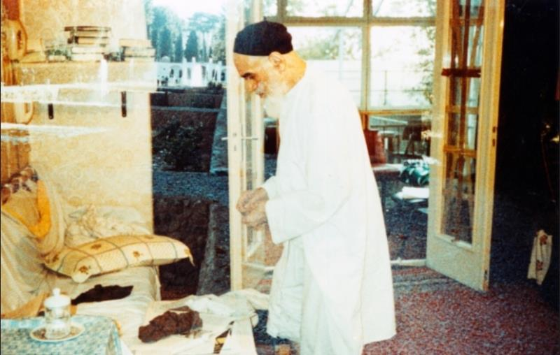 Imam Khomeini prayed and thanked lady who knitted jacket for him