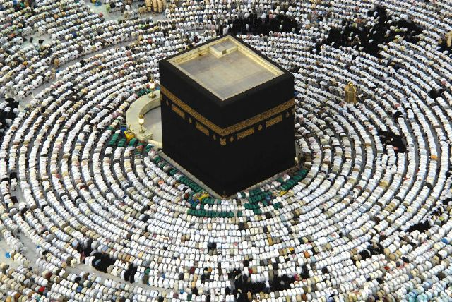 Le « Tawâf » : tourner sept fois autour de la Ka'bah (à La Mecque)