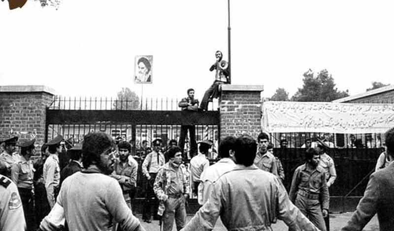 La réaction de l`Imam Khomeiny après avoir reçu des nouvelles de la prise de l`ambassade américaine.