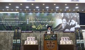 La cérémonie de commémoration du quarantième anniversaire de l`ascension céleste du martyr Ayatollah Seyyed Mostapha Khomeiny (Que la paix soit sur lui) à Najaf, en présence d`un grand nombre d`étudiants et d`enseignants du séminaire