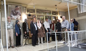 Visite d`un groupe de touristes américains de la maison de l`Imam Khomeiny à Jamaran.
