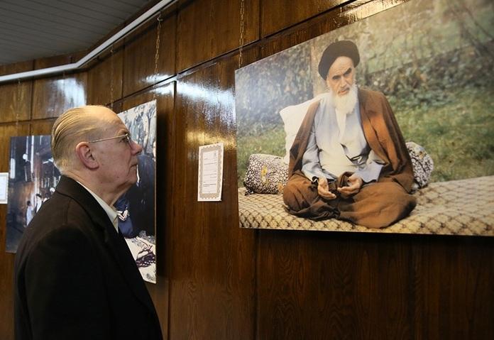 Visite du professeur américain de la maison de l`Imam Khomeiny à Jamaran