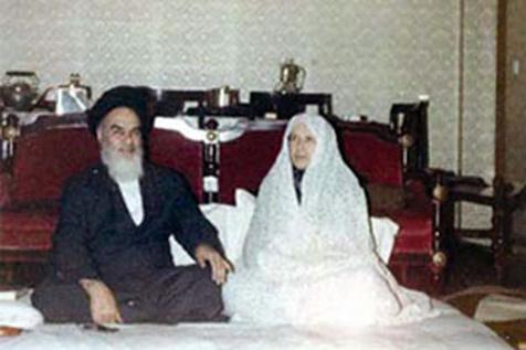 l'Imam Khomeini lors de la rencontre d'un invité arrivé à l'improviste
