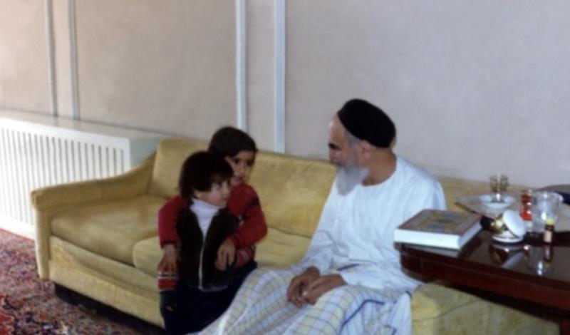 Imam Khomeiny: « le Guide de la révolution » ou le gentil grand-père