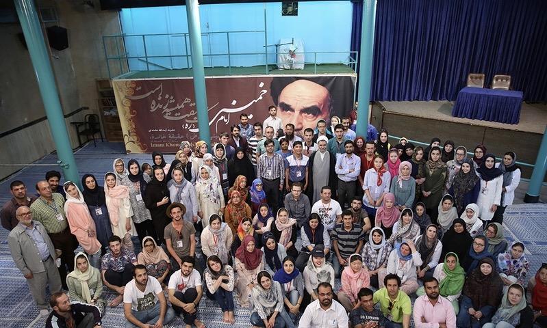 Visite d`un groupe d`étudiants étrangers en Langue et Littérature Persane de la maison de l`Imam à Jamaran.
