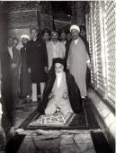 L`Imam Khomeiny en pèlerinage au mausolée de l`Imam Hussein (Que DIEU le bénisse)