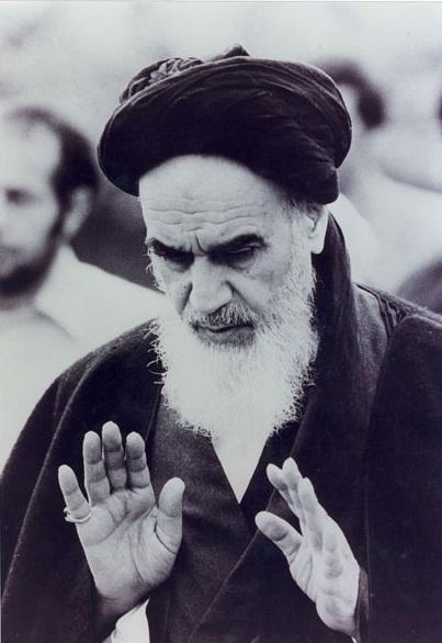 L`Imam Khomeiny en train de la prière