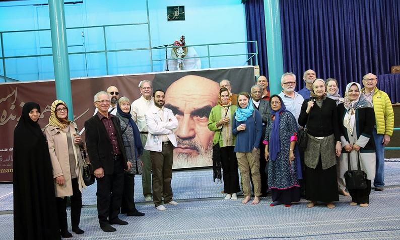 Voici la galerie des photos d`un certain nombre de touristes américains visitant la maison de l`Imam Khomeini à Jamaran
