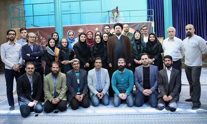 Visite de l`Ayatollah Seyed Hassan Khomeini de l`atelier de l`art, Yar-o-Yadgar, à la galerie de Jamaran