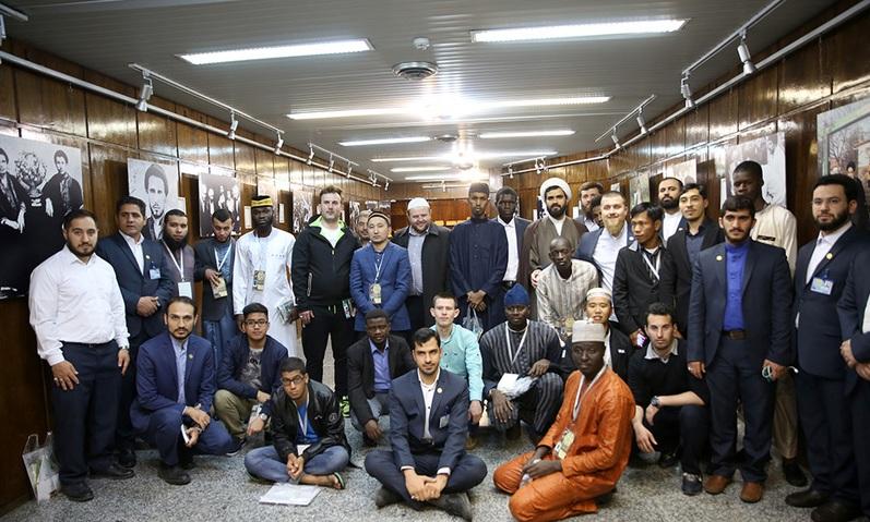 La visite de quelques participants étrangers au concours international du Saint Coran de Jamaran et du saint mausolée de l`Imam Khomeini