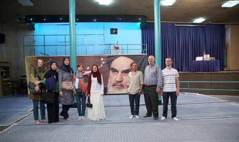 Les touristes culturels Bosniens et Macédoniens à la maison de l`Imam Khomeini