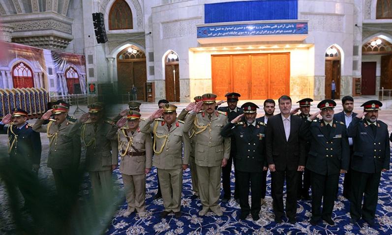 Le commandant de la garde des frontières irakien au mausoléé de l`Imam Khomeini