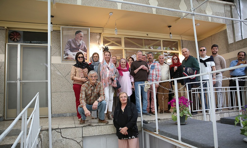 Visite des touristes portugais de la maison de l`Imam Khomeini à Jamaran
