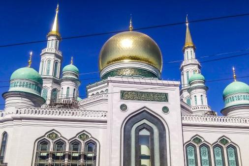 Un Coran en argent à la grande mosquée de Moscou