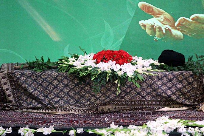 Le guide suprême a dirigé la prière mortuaire sur l'ayatollah Chahroudi