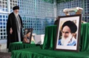 Le Guide suprême rend hommage à l`imam Khomeini
