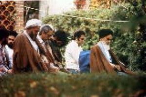 Pourquoi à Paris le fondateur de la république islamique a-t-il insisté sur le fait qu'il ne retourne pas en Iran afin de diriger les opérations ? Politique & Histoire & Socio-Culturelle.