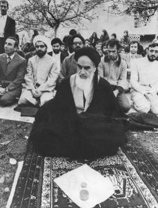 Les critiques de l'imam Khomeiny (paix à son âme) concernant la révolution constitutionnelle