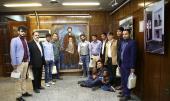 Visite des touristes de étrangers de la maison de l`Imam Khomeini à Jamaran