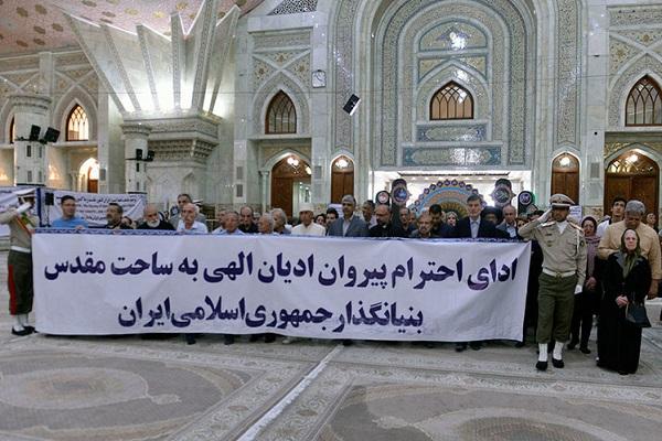 Hommage rendu au sanctuaire sacré de l'Imam Khomeini (paix à son âme) par des adeptes des religions divines.