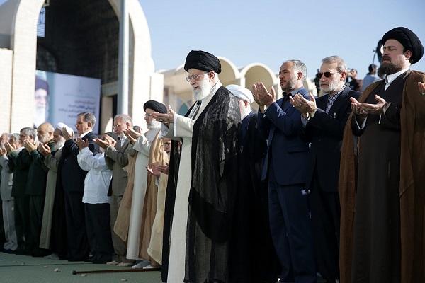 Célébration de la prière de l`Aïd al-Fitr dans la mosquée du sanctuaire de l'imam Khomeini