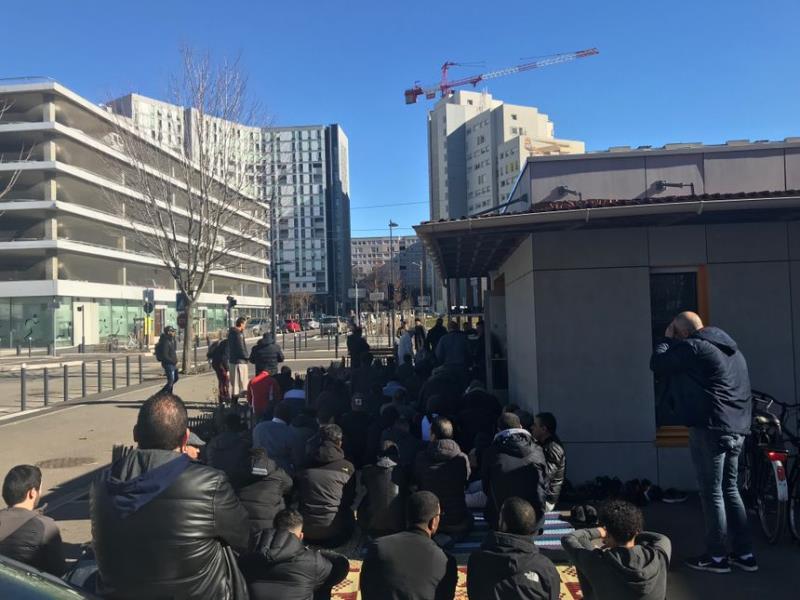 Fermeture de la mosquée de Grenoble : les fidèles ont prié sur le trottoir