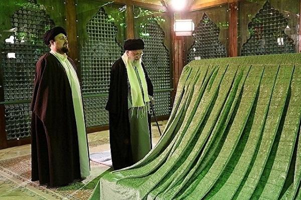 Le guide rend hommage à l`Imam Khomeiny (s)