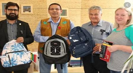 Canada : les musulmans offrent des cartables et des fournitures scolaires à deux écoles catholiques