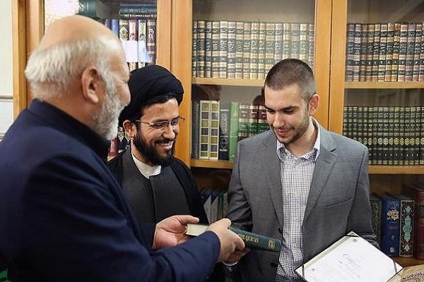 Un jeune Italien s'est converti à l'Islam au mausolée de l'Imam Réza (a.s)