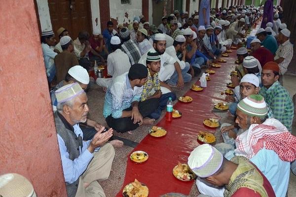 Inde : des hindous accompagnent les musulmans dans le jeûne