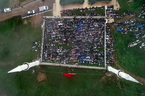 Des milliers de visiteurs à la mosquée sans toit de Turquie