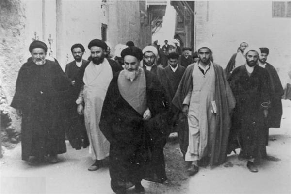 Quelle était la raison pour laquelle les plans de communication des informations à l'imam Khomeini avaient été changés?