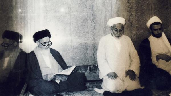 L'intérêt porté par l'Ayatollah Khomeini à la récitation des litanies et à la lecture des invocations.