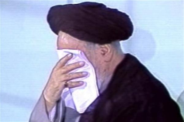 Les pleurs de l'imam Khomeini quand il attendait le nom de l'Imam Hussein (as)!