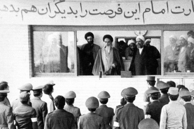 Le salut militaire de l'Imam Khomeini (paix à son âme) aux officiers Homafar -une division des Force aérienne iranienne