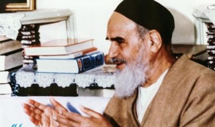 Comment l'Ayatollah Khomeini se comportait-il face à une nouvelle qu'il entendait de différentes personnes?