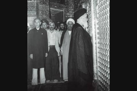 La visite quotidienne du mausolée de la dame Maasomeh (sa) par l'Imam Khomeini.