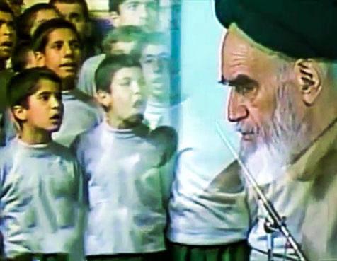 Un clip de l'exécution de l'hymne en présence de l'Imam Khomeini.