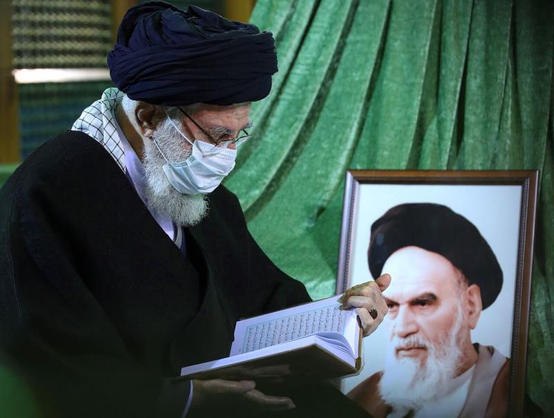 Le Guide suprême de la révolution islamique au mausolée de l`Imam Khomeiny