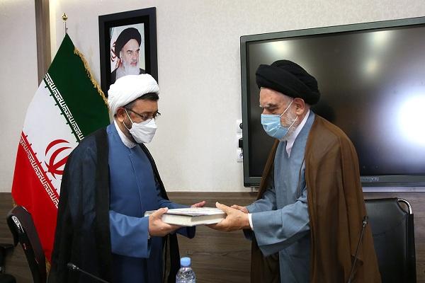 Rencontre du chef de l`Institut pour l`organisation et la publication des œuvres de l`Imam Khomeini (PSL) avec le directeur du séminaire Khorasan