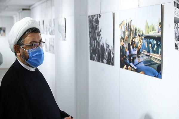 Le directeur de l`institut pour la compilation et la publications des  oeuvres de l` Imam Khomeini visite une exposition de photos et de peintures à l`occasion de 32e anniversaire du décès de l`imam Khomeini.