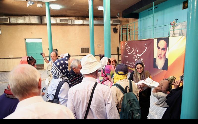 غیر ملکی سیاحوں کے ایک گروپ امام خمینی کے گھر کا دورہ پر