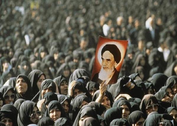 فرانسیسی فوٹوگرافر اور امام خمینی(رح) کے تشییع جنازہ – خرداد 1368 ھـ ش