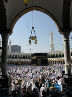 امام خمینی(رح) کے فتوی کے مطابق (مستحب) حج پر جانا زیادہ بہتر ہے یا حج پر خرچ ہونے والی رقم سے صدقہ دینا؟